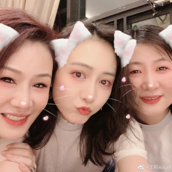 王鸥晒《猎狐》剧组聚会照 与王凯玩猫咪滤镜卖萌心情好