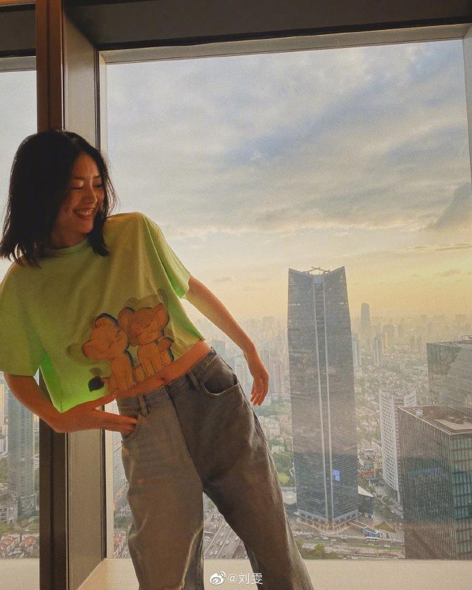 刘雯着绿色露腰上衣大秀好身材 坐窗台远眺惬意悠闲