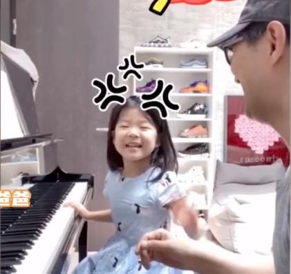 汪峰陪女儿弹钢琴调皮捣乱 醒醒撒娇式凶爸爸超可爱
