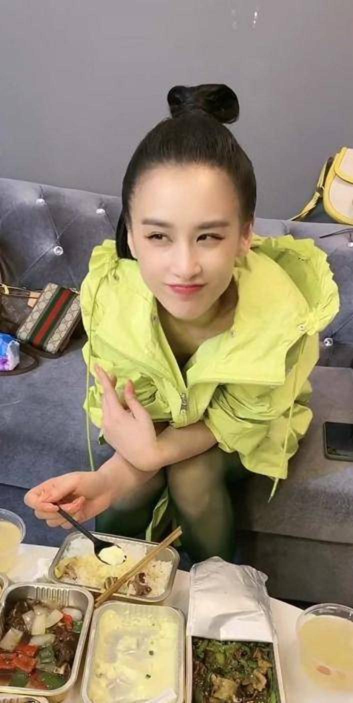 杨子晒探班黄圣依视频 阔太吃盒饭对镜露甜笑